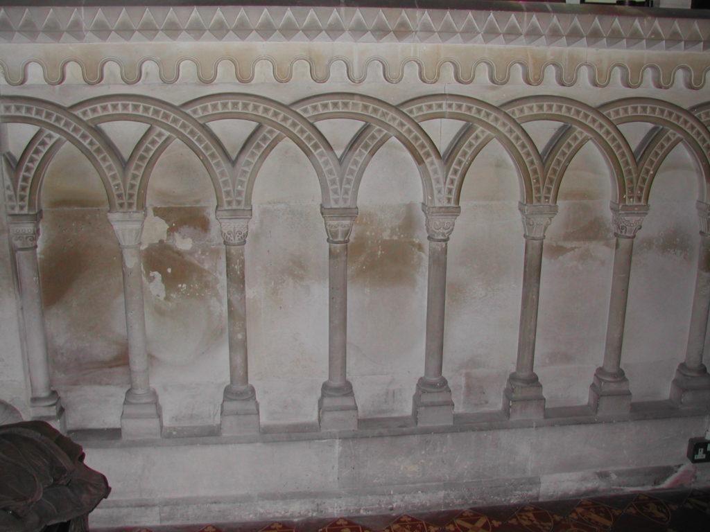 Des arches entrecroisées sur les murs de la chapelle de Southover Church de Lewes