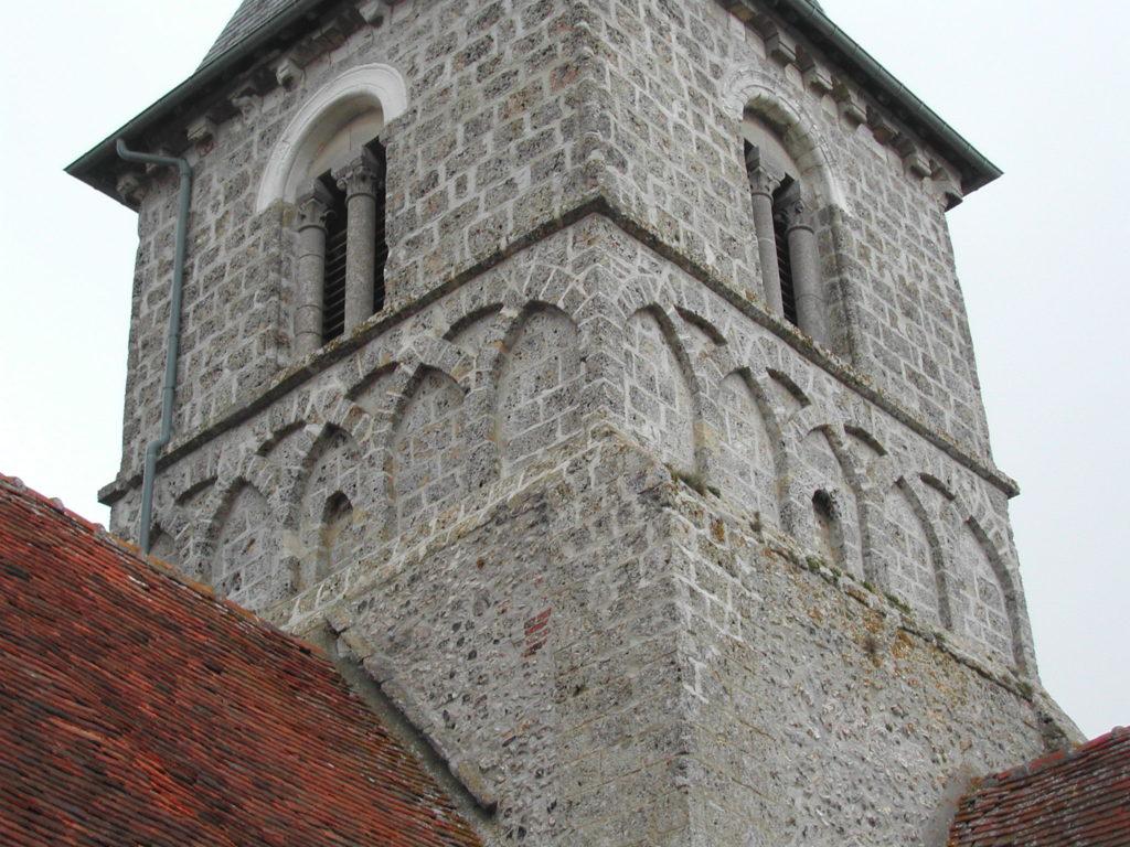 Le clocher de Vatierville récemment restauré avec son original décor à base d'arches sécantes